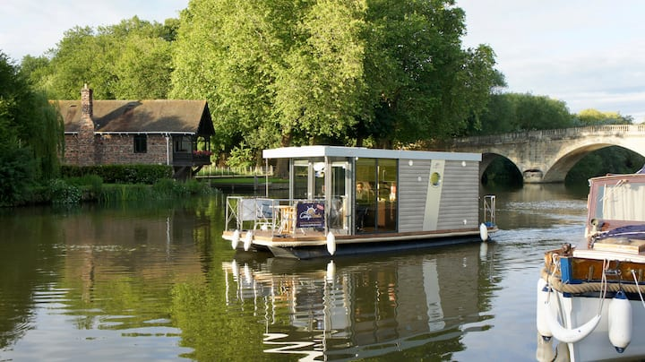 Idyllic River Thames Holiday Aboard a Houseboat