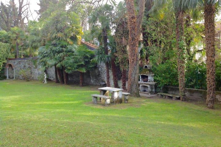 Villino Barbara, grande giardino e accesso al lago