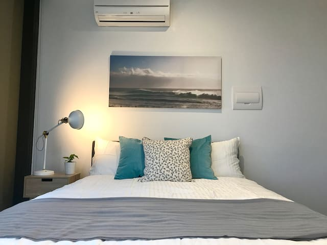 Queen Bed with a view in CBD