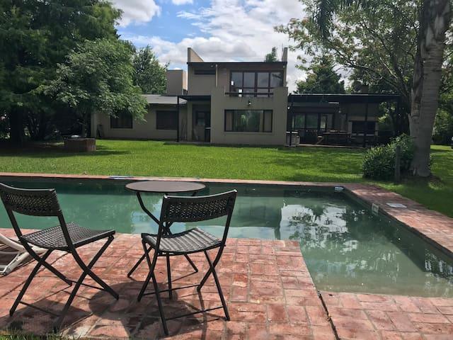 Casa con Gran Parque y Pileta en Barrio Privado