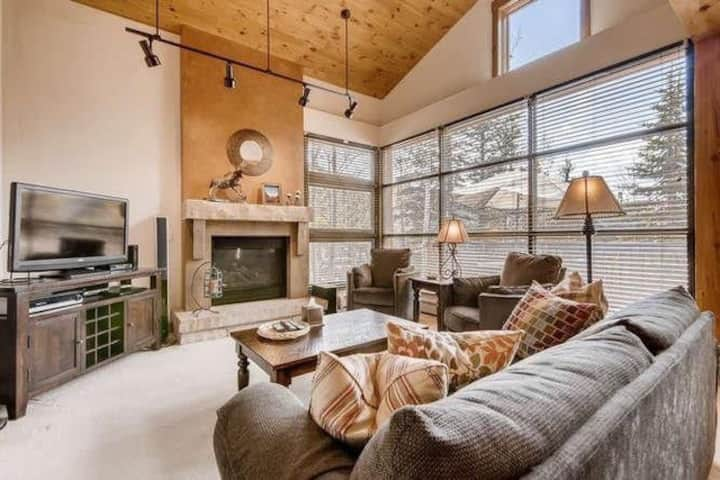 Updated and Spacious Condo in the Woods - Private Garage - Short Drive to Slopes