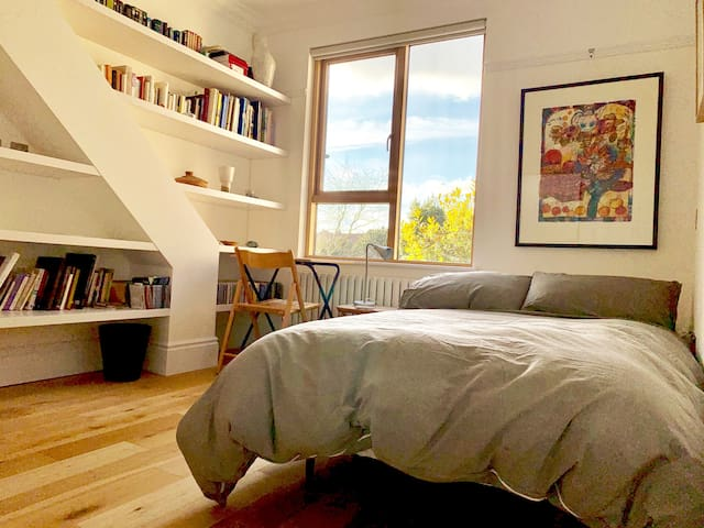 Beautiful, airy and  quiet  room in East Finchley