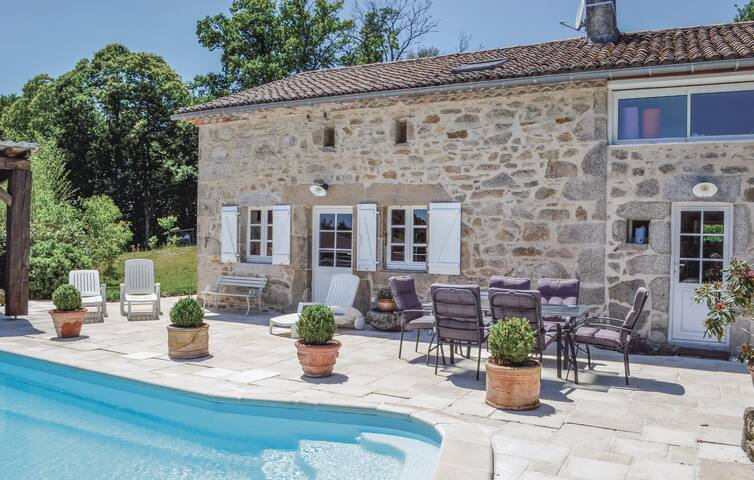 Holiday cottage with 3 bedrooms on 155 m² in Augignac