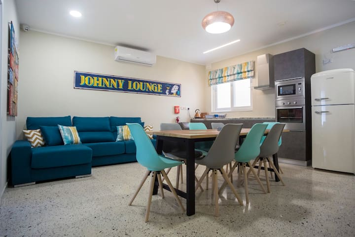 Johnny`s Apartment (Room 2)