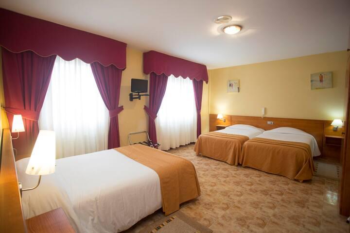 Hotel Carlos 96 - Habitación Familiar en Melide