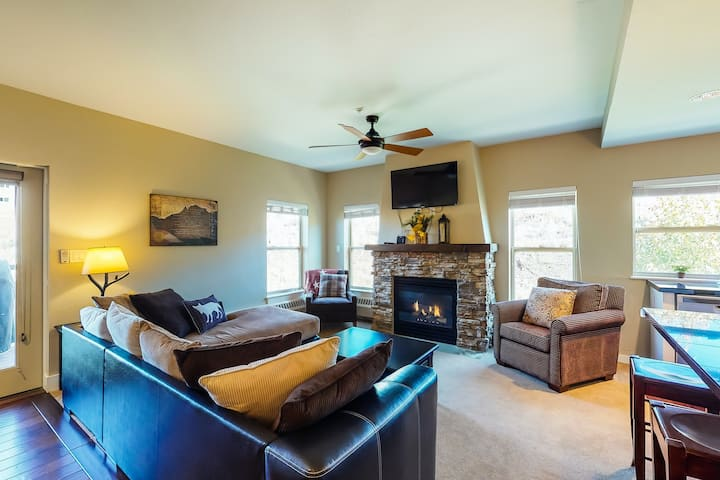 Ideally located mountain getaway w/ shared pool, gas grill, & scenic balcony!
