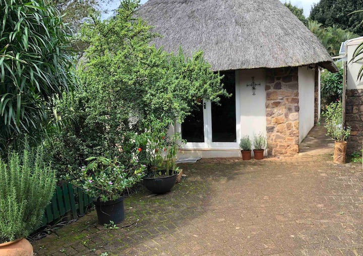 Thatch cottage (seperate)peaceful residential area