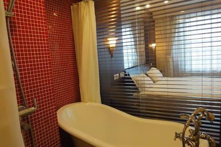 中山公园地铁站旁可做饭带浴缸的豪华大套房 - 上海 - Apartment