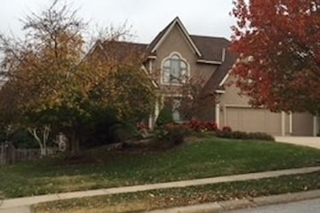 Large apt in walkout basement - Overland Park - Haus