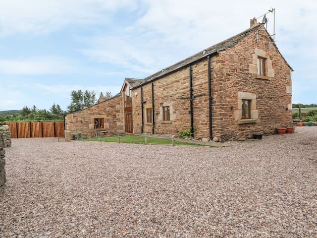 ROSE HIPS BARN, pet friendly, with a garden in Wheelton, Ref 968773