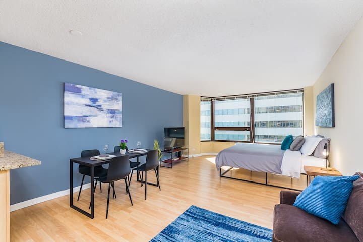 Loop Luxury Studio with King Bed Close to Downtown