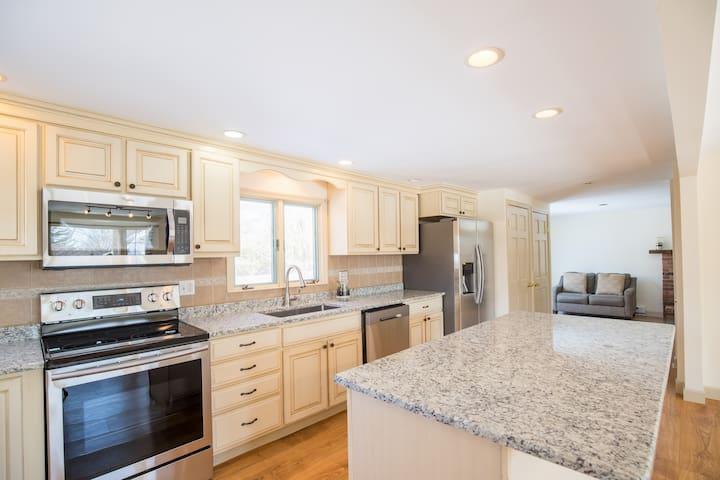 30%DISCOUNT $199Half Acre WESTPORT House Walk2ALL