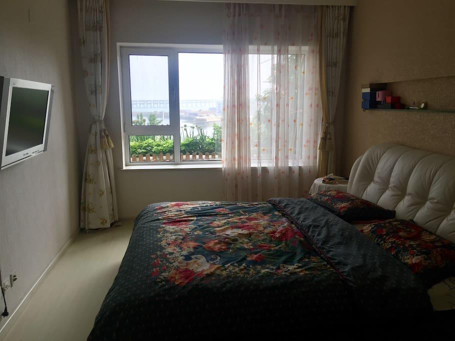南向主卧1.8米宽床,躺在床上观海景,有衣柜。