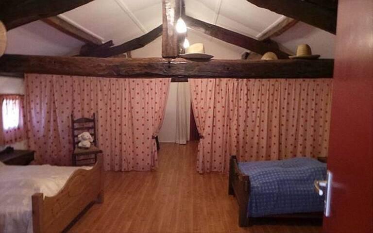 Dortoir partagé en 4 espaces deux lits doubles, un de 140, un de 160 et deux lits simples.