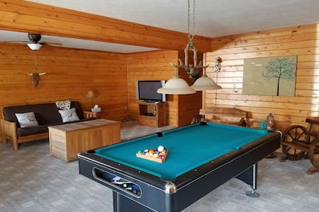Cozy & bright cabin/chalet w/hot tub & billiards