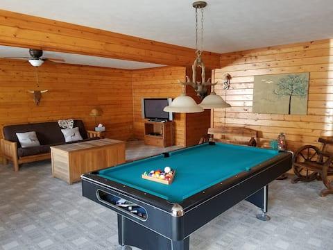 Cozy & bright cabin/chalet w/hot tub & billiards