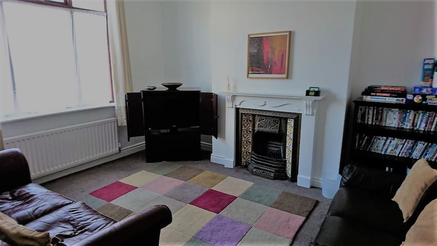 Comfy 3 bed house, Durham (4 miles to city)