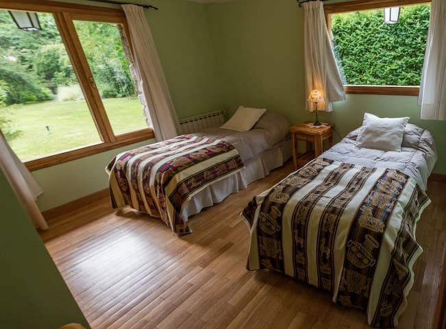 Habitación con 2 camas individuales.