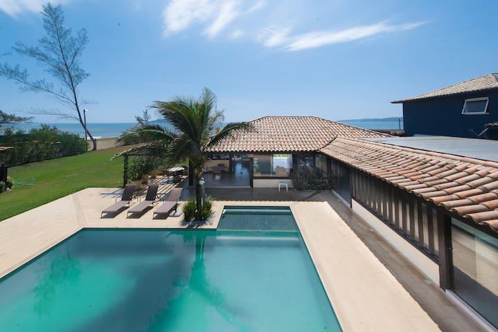 Linda casa com seis suítes, de frente para a Praia Rasa, exclusividade, e serviço full amenities