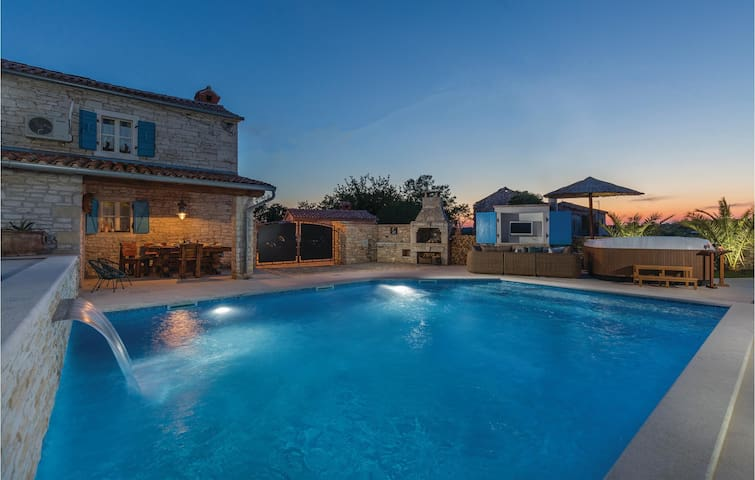 Holiday cottage with 2 bedrooms on 93 m² in Hrboki