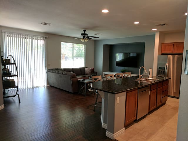 Modern 3 Bedroom Home 10 Min Away From Strip - Las Vegas - House
