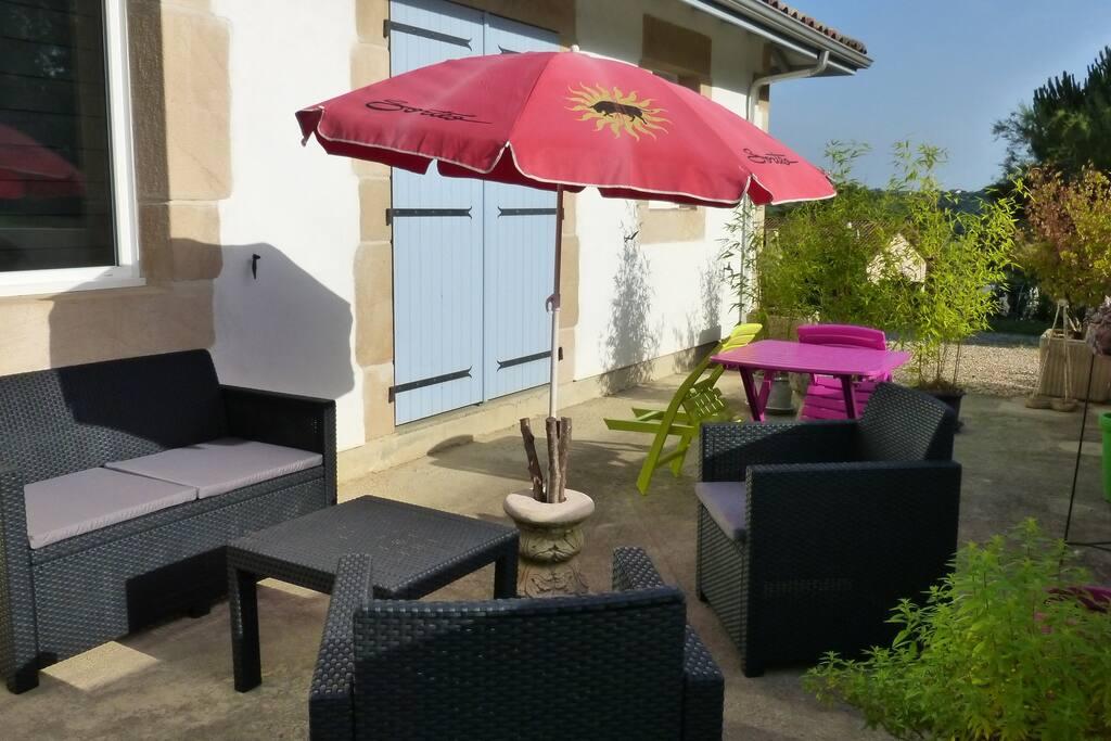 Terrasse ensoleillée avec barbecue