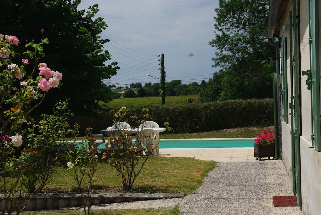 La piscine et sa terrasse de 80 m2   sont exposées sud ouest  à l'extrémité du jardin.