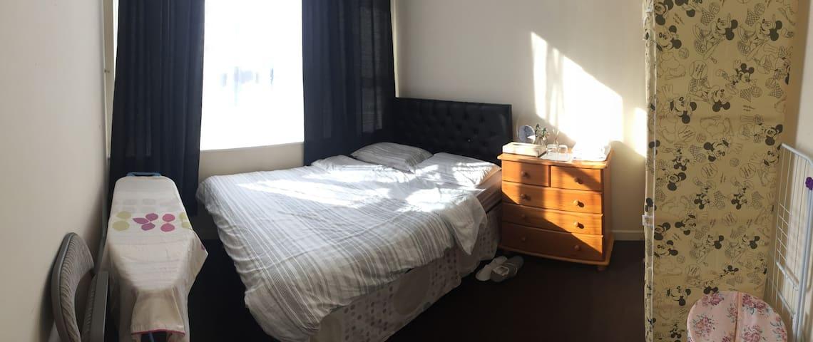 A cozy bedroom near Leeds University +free parking