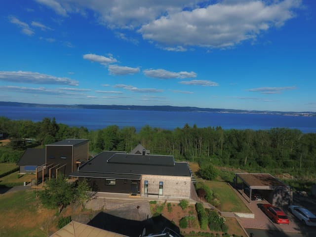 Loft House Nivå 84 is situated 84 meters above Swedens 2nd biggest lake Vättern. Calm area close to green nature and lake.