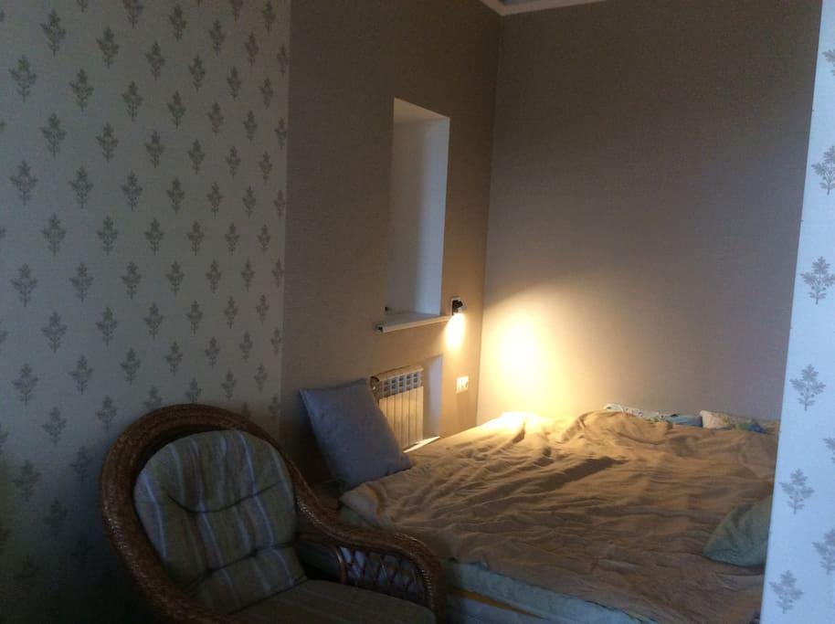 Уютное спальное место (1800х2050) с маленьким окном.