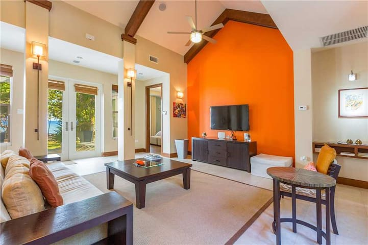 Papaya Cottage: Cozy Oceanfront Cottage with Pool and Hot Tub Near Seven Mile Beach