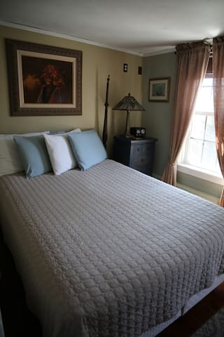 Room 9 - Queen bed & SHARED bath