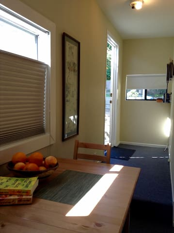 Private room, bath & entrance 1 1/2 miles to beach - Santa Monica - House