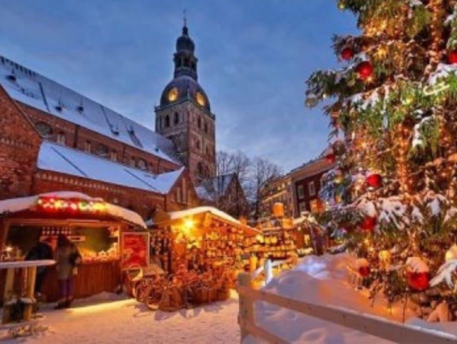 Doma square Christmas market (150m)