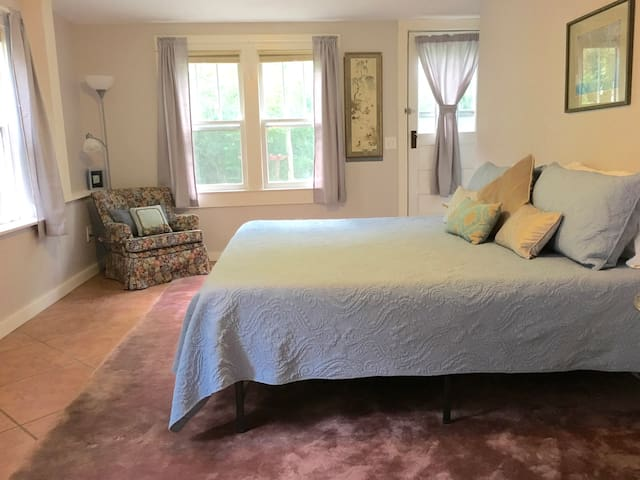 Comfy King & Queen Suite near Grove Park & Parkway