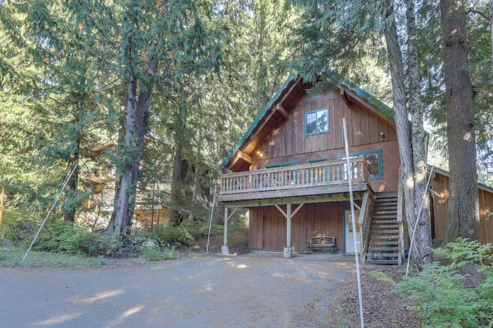 Family-friendly cabin with wood stove, Ping-Pong/pool table, walk to slopes!