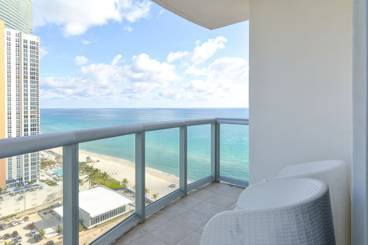 Sunny condo with a shared pool, hot tub, on-site restaurant, and more!
