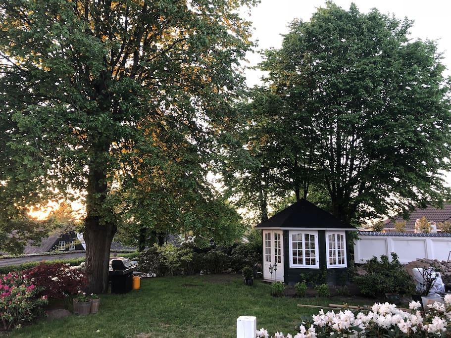Vores hyggelige pavillon ligger godt både for morgensolen og aftensolen.