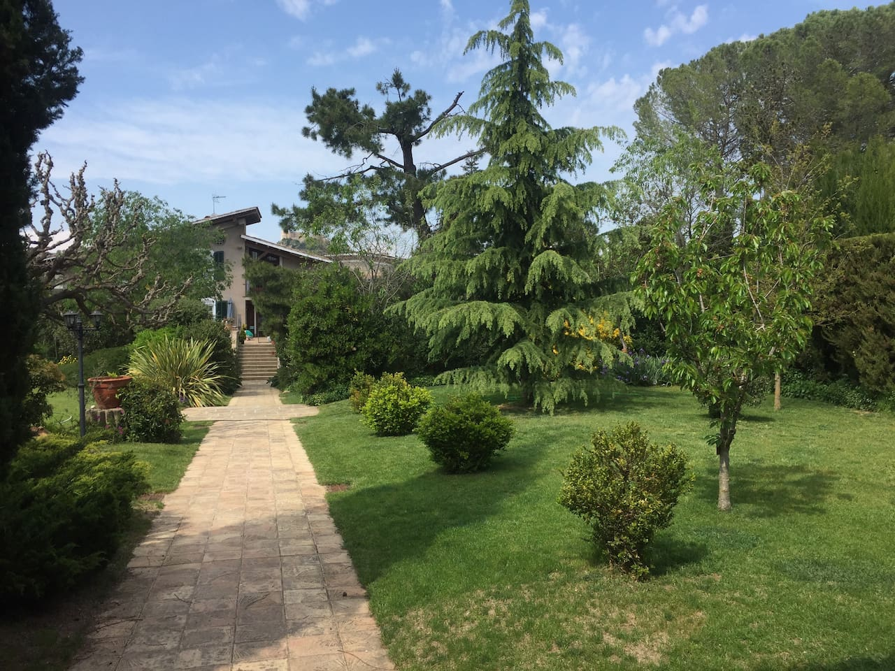 Lovely country mansion with private apartment in great location