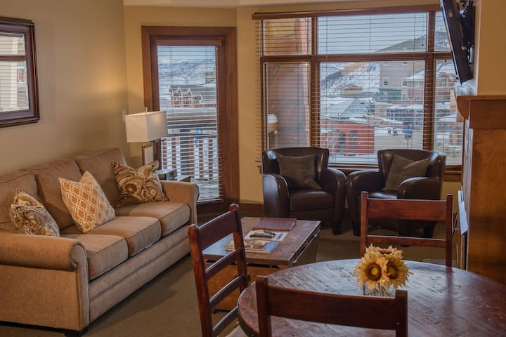 *NO GUEST SERVICE FEE* Rooftop hot tub mere yards away from the slopes!