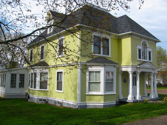 Bright Bedroom/Ensuite in downtown Victorian villa - Shediac - House