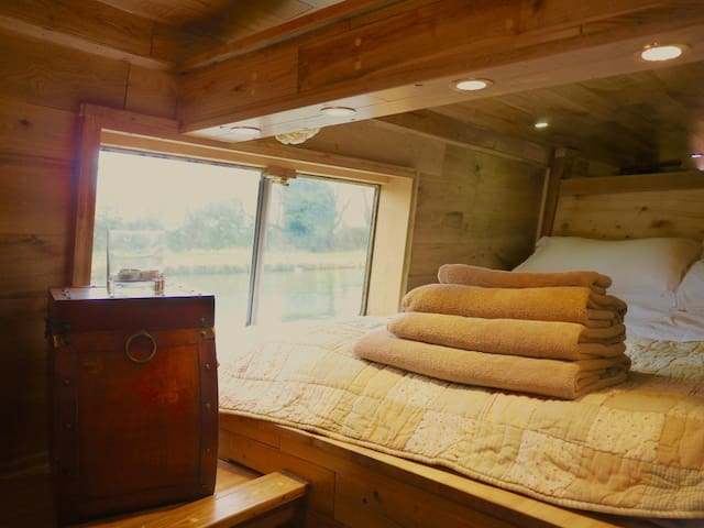 Cozy '3 poster bed' on the river.