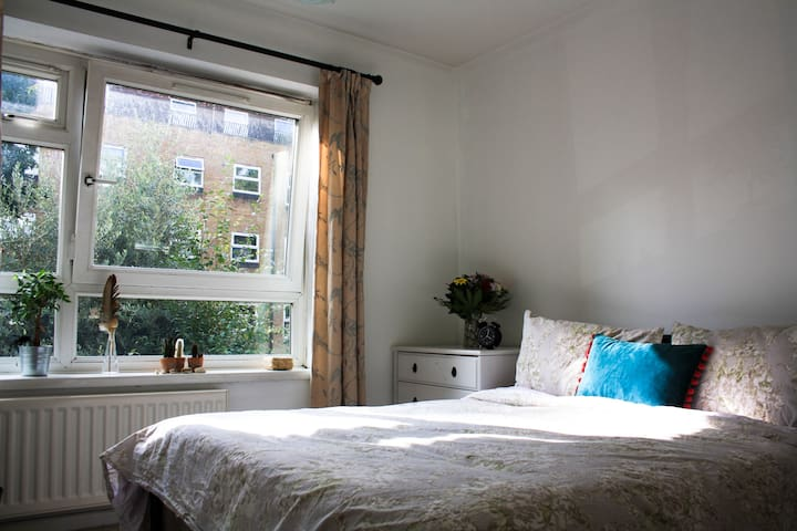 Private Double room minutes from Tower Bridge