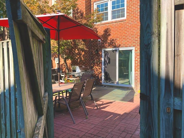 [10 min to DC] Comfy guest suite w/ back garden