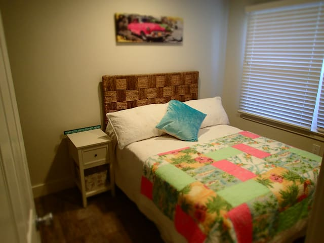 Full size bedroom with tv and cable wi fi