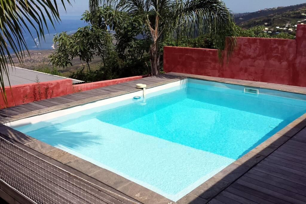 La piscine et la vue sur l'océan Indien et sur le littoral