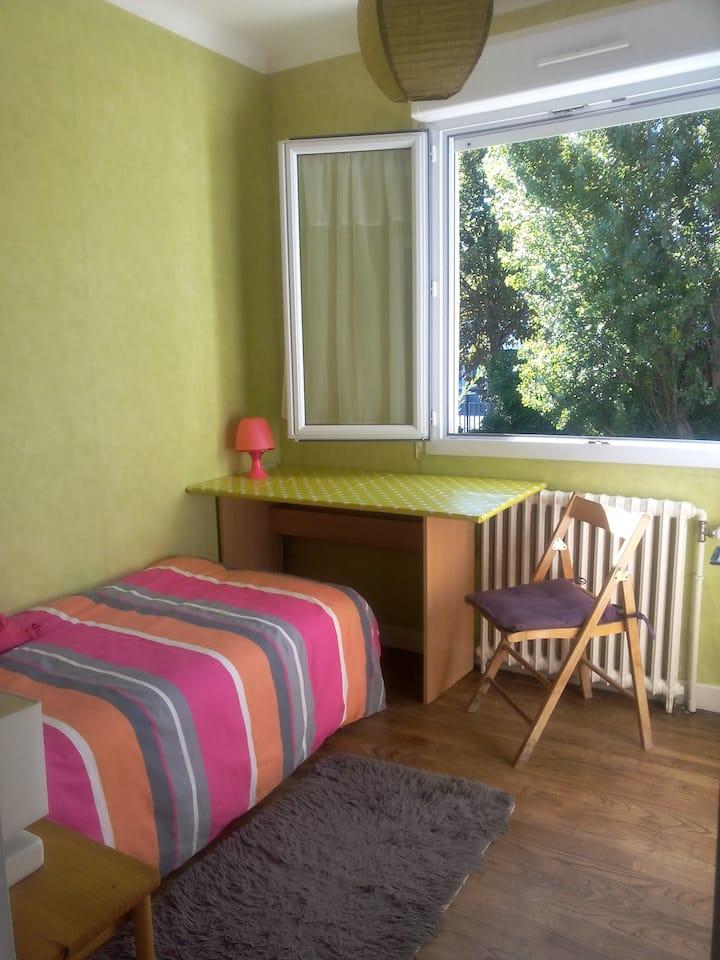 chambre lumineuse et paisible dans maison près mer