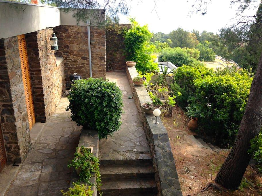 Terrasse et jardin avec salon de détente ombragé