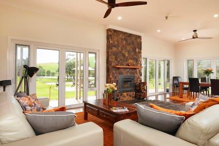 """HILLVIEW"" Pet friendly, New house, Water views - Wheatsheaf"
