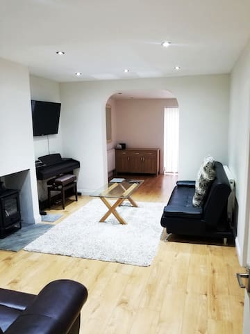Spacious Private Room with En-suite Close to River